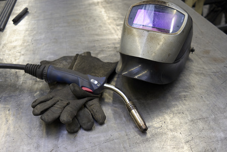Welders Equipment, Torch, Shield And Gloves On A Metal Plate Standard-Bild