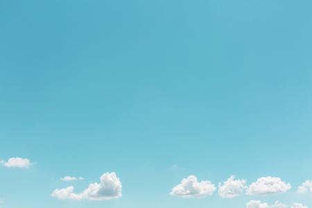質地: 夏季白雲在天空景觀背景