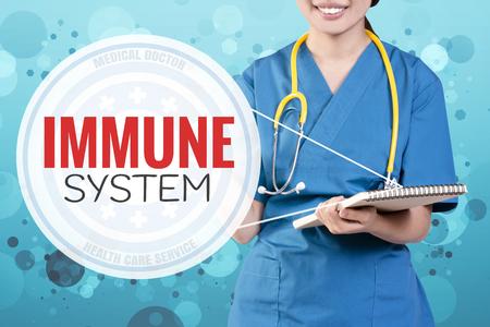 本文にぼやけた青いキラキラ ポイントと女医の笑顔: 免疫システム