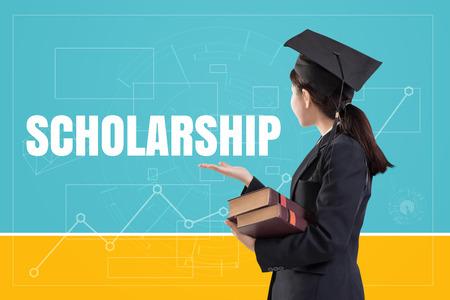 텍스트가있는 책을 들고 졸업 한 여자 소녀 : 장학금