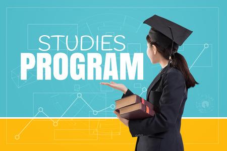 Afgestudeerd meisje houdt de boeken met de tekst: Studies Program
