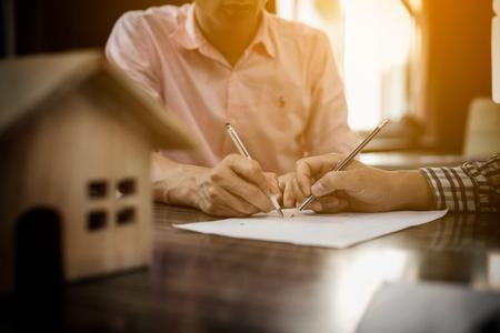 Agente immobiliare segno per la proprietà del contratto a casa per la vendita in ufficio con il compratore. Archivio Fotografico - 75575292