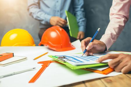 구조 기술자 팀웍 전세계 건물 프로젝트의 건축 개념에 사무실에서 열심히 논의 프로젝트. 스톡 콘텐츠 - 81288882