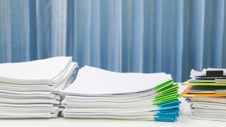 紙文書、作業テーブルの上に書類。