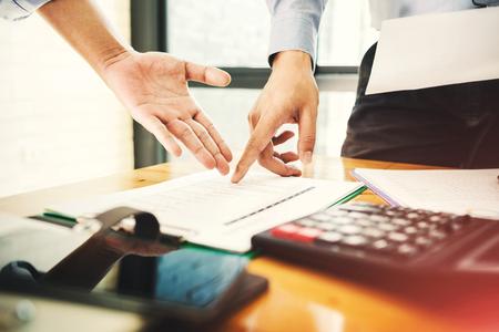 Teamwork zakenman officier werkt hard aan het investeren van financiële rapporten en het berekenen van collega's voor succesvol project. Stockfoto - 81288916