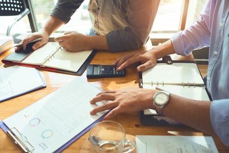 Equipo de asociados de negocios reunión mensual para planificar un préstamo para comprar bienes raíces. Y bienes muebles para calcular y presupuestar adecuadamente y ahorrar la mayor cantidad de dinero. Foto de archivo