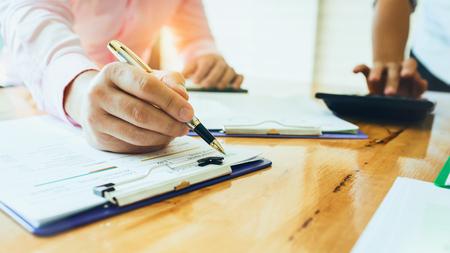 Réunions d'affaires avec des emprunteurs gouvernementaux et privés avec des collègues et un conseiller fiscal pour assigner les rôles des employés dans l'organisation de chaque agence.