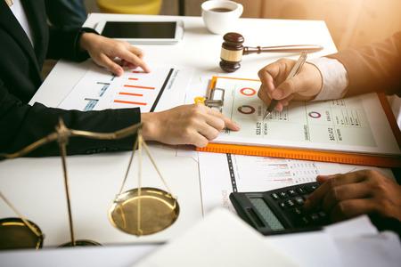 O trabalho duro de um advogado asiático no escritório de um advogado. Aconselhamento e aconselhamento e ações judiciais sobre a invasão de espaço entre funcionários privados e do governo para encontrar um acordo justo.