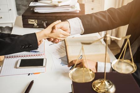 변호사 사무실에서 아시아 변호사의 열심히 일. 공정한 합의를 찾기 위해 사적 공무원과 공무원 사이의 공간 침공에 관한 자문과 조언 및 기소.
