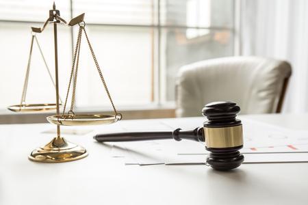 Gavel in rechtszaal werk kantoor van lawer wetgeving. Stockfoto