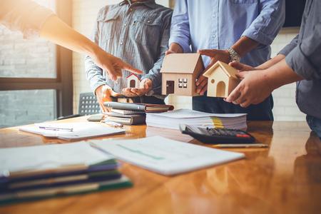 Geschäftstreffen von Immobilienmaklern und Unternehmenspräsidenten, um ein Modell für den Bau einer Wohnsiedlung in Schrift und Präsentation an staatliche Organisationen auszuwählen. Standard-Bild