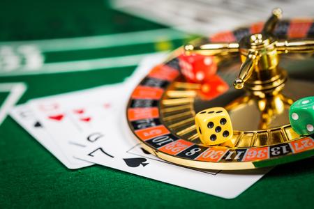 게임 카드와 함께 녹색 테이블에 빈티지 카지노 칩. 스톡 콘텐츠