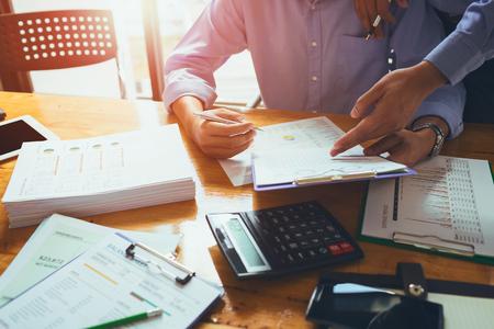Bedrijfsmensenaccountant die hard van boekhoudings financieel rapport werken van jaarlijks 2017 met belastingsadministratie of het product van de baanorde.