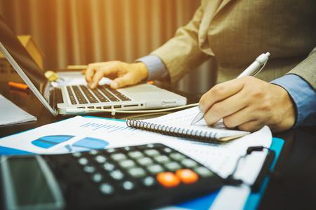 Los banqueros masculinos están calculando cifras sobre la información de impuestos sobre el comercio de viviendas y propiedades.