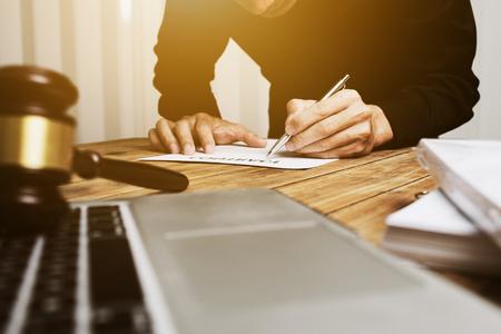 Młody prawnik ciężko pracuje samotnie w swoim biurze.