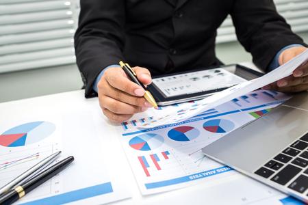 Bankiers analyseren financiële gegevens. Om de aanbetaling samen te vatten en dagelijks op te nemen. Stockfoto - 92806199