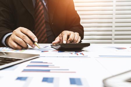 Financiers berechnen persönliche Steuern für Kunden, die den Service nutzen.