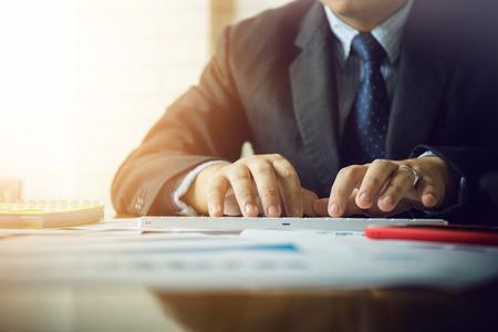 hombre de negocios asiático usando la calculadora para calcular el inicio de un documento privado privado