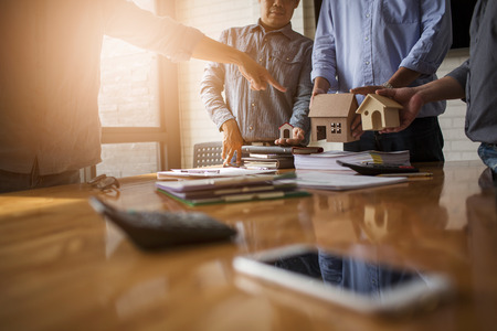 Réunions d'affaires de courtiers immobiliers et de présidents d'entreprises pour sélectionner un modèle de construction d'un lotissement en écrivant et en présentant aux organismes d'État.