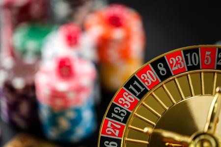 Roulette Rad Glücksspiel in einem Casino-Tisch close up .