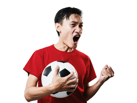 Fútbol de ventilador de fútbol de pueblo tailandés asiático en camisa de manga roja aislada sobre fondo blanco de alto contraste.