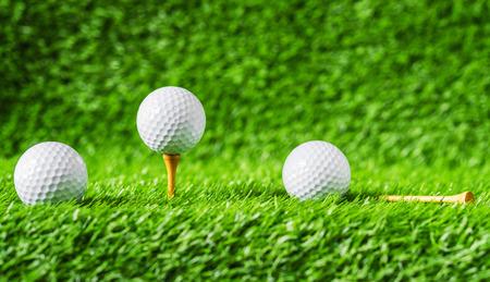 Golf ball with green grass background, on tee closeup. summer game play. Zdjęcie Seryjne