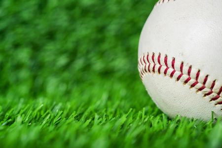 以绿草为背景的棒球。体育游戏微距拍摄。