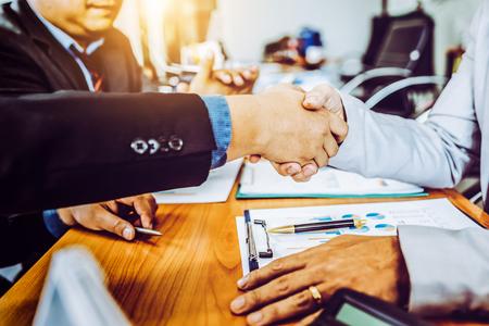 Des collègues partenaires commerciaux se serrent la main lors d'une réunion dans un bureau moderne pour discuter d'un projet de gestion, des asiatiques. Banque d'images