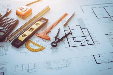 Objet de plan de dessin d'ingénieur d'architecte mis sur le bureau de table, style d'image vintage. Banque d'images