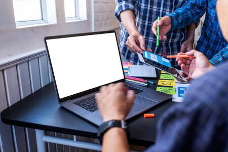 User Experience Teamwork Mobile UX/UI Designers working at co-working space workroom. Foto de archivo - 134599529