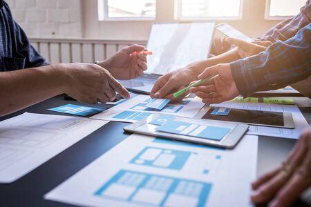 Graphic mobile user experience design teamwork help to design new job in modern office. Design Workstyle Freelance Teamwork Concept. Foto de archivo - 134599556
