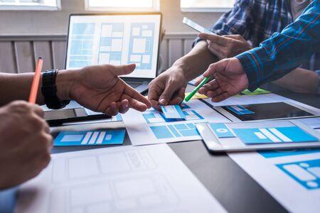 Graphic mobile user experience design teamwork help to design new job in modern office. Design Workstyle Freelance Teamwork Concept. Foto de archivo - 134599557