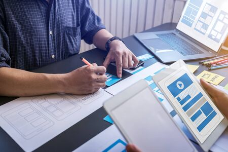 Graphic mobile user experience design teamwork help to design new job in modern office. Design Workstyle Freelance Teamwork Concept. Foto de archivo - 134599558