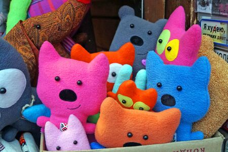 Fabric and ceramic toys of various shapes and colors are on the counter at the Christmas market. Standard-Bild