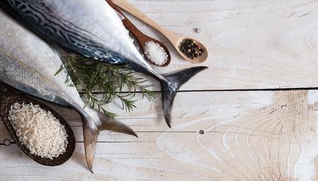 cocina saludable: El pescado crudo, Bonito y rabo amarillo, aislado en blanco con la sombra