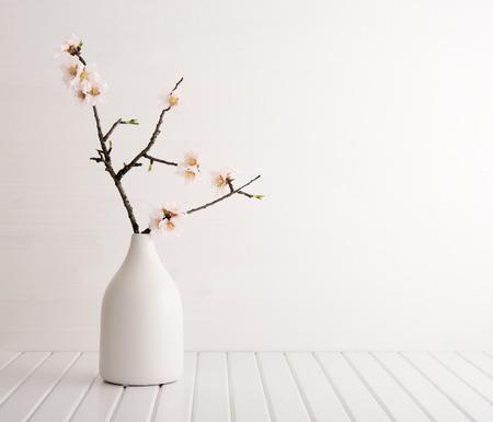 fleur de cerisier: Vase avec fleurs de cerisier sur fond de bois