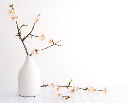 Vaas met kersenbloesem op houten achtergrond Stockfoto