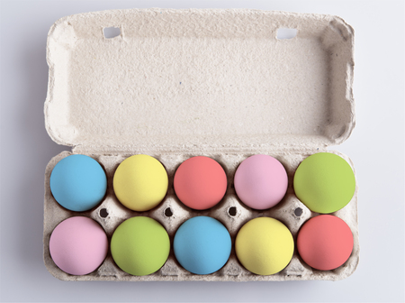 Box with painted multicolor eggs on white background Standard-Bild