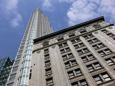 Antiguo edificio cl�sico con un nuevo highrise atr�s. Foto de archivo - 505700