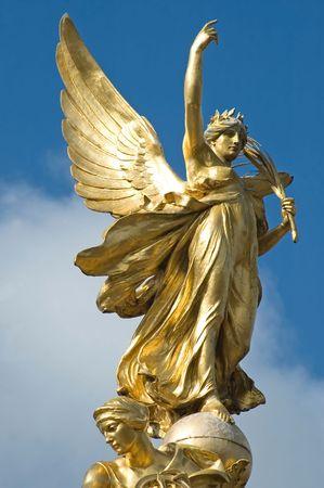 Gouden engel op de top van het Victoria Memorial, Buckingham Palace, Londen.