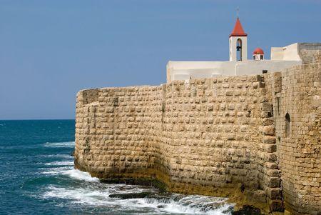 De historische zee muren van oude Acre, Akko, Israël, naar buiten gericht op de Middellandse Zee. Stockfoto