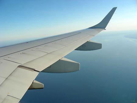 Kijkt uit het vliegtuig venster, ergens boven Lake Ontario. Stockfoto
