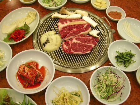 Zoekt heerlijke en alle klaar om te koken up - bulgogi in een restaurant in Seoul, Korea.