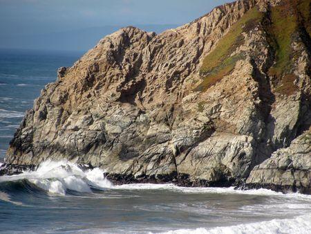 enclosing: Una rupe che racchiude una piccola baia sulla costa del Pacifico del nord della California.