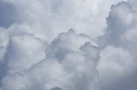 fondo azul: Agua cargadas nubes, en un día de invierno gris