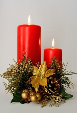 velas de navidad: Dos velas de color rojo con blanco y oro adorno de Navidad