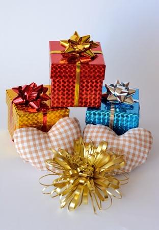 three gift boxes: Tres cajas de regalo con dos corazones y adornos