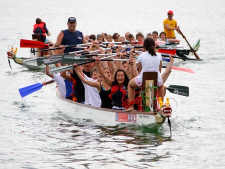 bateau de course: MEILEN - JUNE 12: Athletes fought hard for victory and had fun at the dragen boat racing festival June 12, 2010 in Meilen, Switzerland. Participants were also staff from institutes of EMPA and ETH
