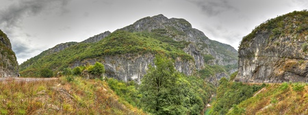 the deepest: Panorama del r�o Tara con su hermoso verde agua verde a trav�s Tara Canyon, uno de los ca�ones m�s profundos del mundo y patrimonio mundial, Montenegro de la UNESCO. Foto de archivo