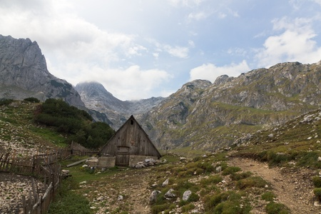 arri�re-pays: Cabane en bois dans rugueux, rocailleux, l'arri?re-pays de l'UNESCO au patrimoine mondial de Durmitor National Park, Montenegro Banque d'images